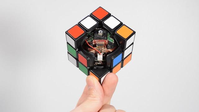 WOW! Rubik Ini Bisa Memecahkan Dan Menyusun Semua Warna Sendiri