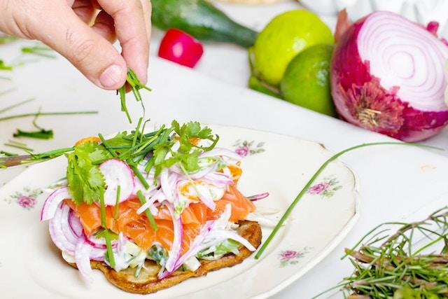 5 hábitos alimentarios que te ayudarán a librarte de la ansiedad; Sandwich salmón con verduras