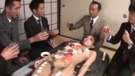ซูชิบนร่างสาวสวย!! หนุ่มๆมะรุมมะตุ้มทั้งดูดทั้งเลีย รุมกินปลาดิบสุดสยิว