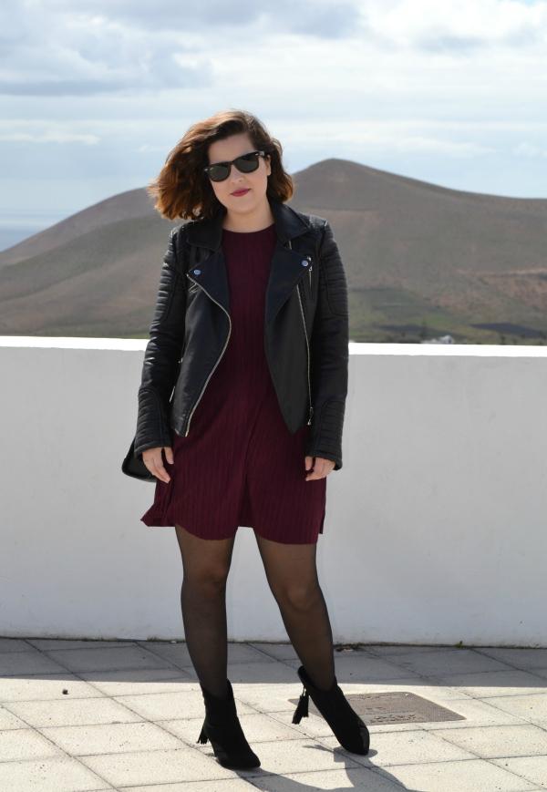 look_vestido_burdeos_cazadora_negra_botines_borlas_zara_lolalolailo_01