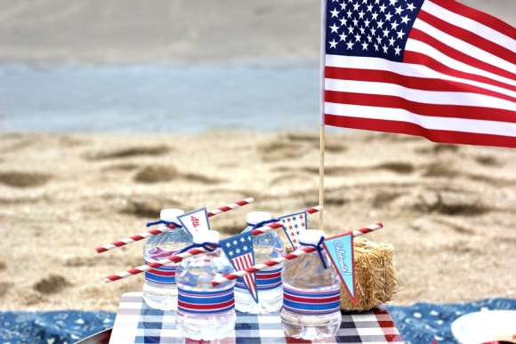 4th of July Beach Picnic with Free Printables - via BirdsParty.com