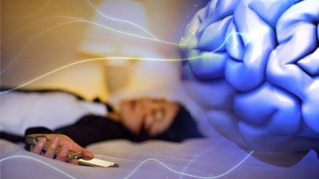 Un 40% despiertan al borde de la hemorragia cerebral por dormir con el celular bajo la almohada