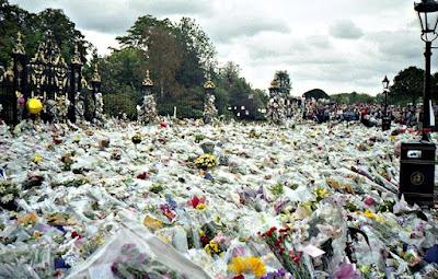 Λουλούδια και αφιερώματα στο Παλάτι του Κένσινγκτον σύντομα μετά το θάνατο της Νταϊάνα