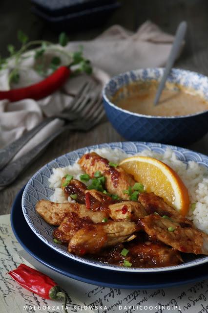 Kurczak marynowany w soku z pomarańczy, z ryżem i aromatycznym, pikantnym sosem z mleczkiem kokosowym