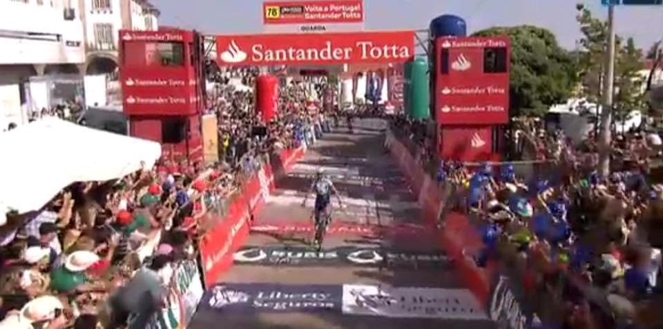 Levantados os braços da vitória na etapa mais celebrizada  acentua-se o  domínio Portista na Volta! c14fee2d26e99