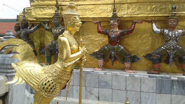 El ejército de monos sujeta la estupa en el Templo del Buda Esmeralda