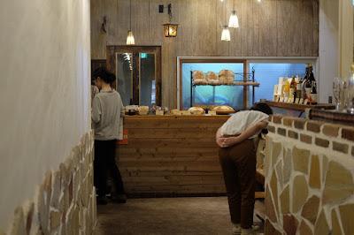 鳥取の自家製天然酵母のパン屋タルマーリー 入口のパンコーナー