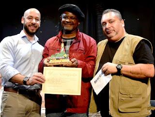 Ganhador do Prêmio de Aquisição, o artista Reinaldo Caó entre o Prefeito Vinicius Claussen e o empresário Marcos Israel