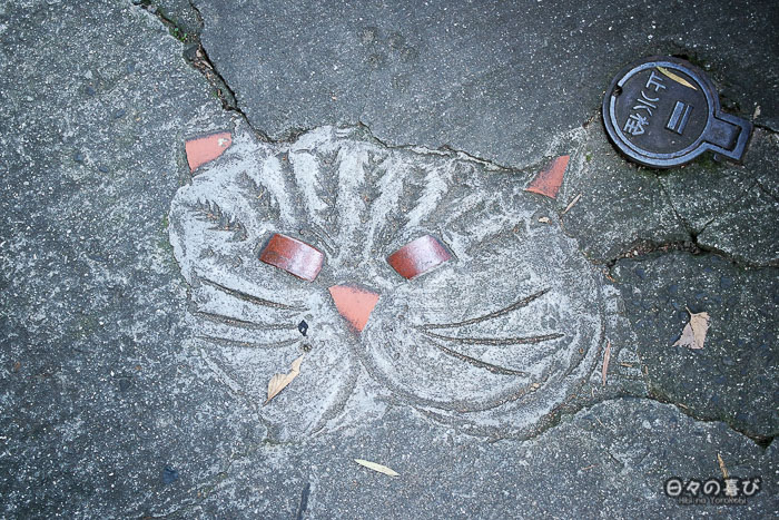 Motif de chat sculpté dans la crevasse de la chaussée, Neko no Hosomichi, Onomichi, Hiroshima
