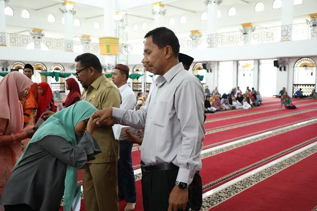Ketua BKM Agung Kisaran Jaya Prana memberikan santunan ke pada anak yatim.