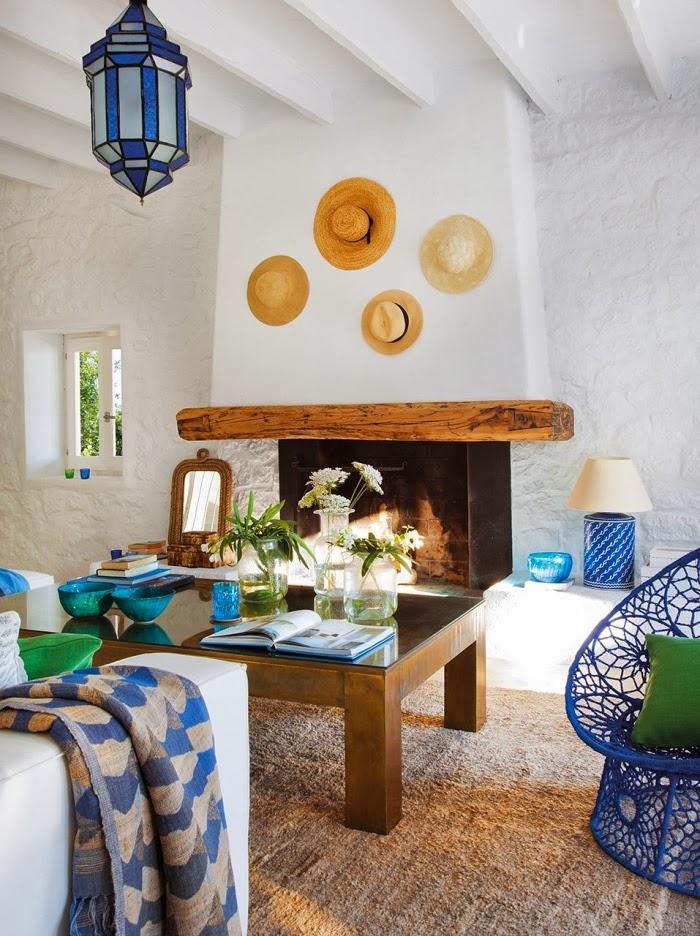 Biało-niebieska posiadłość na Ibizie, wystrój wnętrz, wnętrza, urządzanie domu, dekoracje wnętrz, aranżacja wnętrz, inspiracje wnętrz,interior design , dom i wnętrze, aranżacja mieszkania, modne wnętrza, białe wnętrza, niebieskie dodatki, salon, kominek