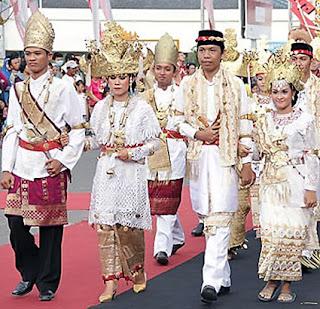 Adat istiadat masyarakat orisinil Lampung terbagi menjadi dua kelompok tabiat besar Tempat Wisata Tradisi Prosesi Upacara Pernikahan ( perkawinan ) Adat Pepadun Lampung