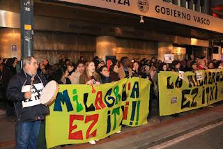 Protesta de familias y trabajadores de La Milagrosa ante el Gobierno Vasco