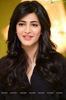 Shruthi Haasan Without Makeup looks super cute in black shirt and Black Leather Pants Leggings