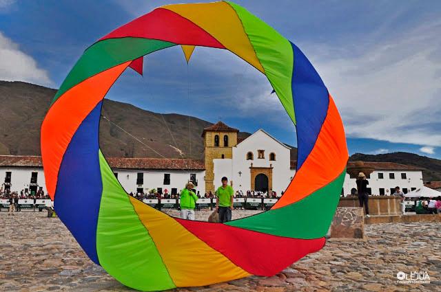 Cometa giratoria sobre la plaza principal de Villa de Leyva, al fondo la iglesia