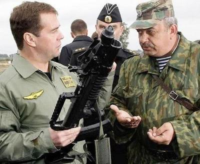 Perdana Menteri Rusia dengan senapan serbu amfibi ADS