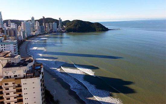Balneário Camboriú - Santa Catarina - Praia escondida nas somras dos prédios altos