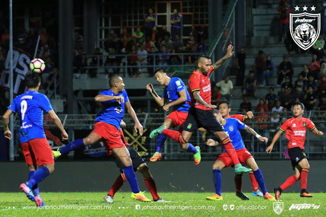 Perebutan bola di udara antara pemain JDT dan Sarawak
