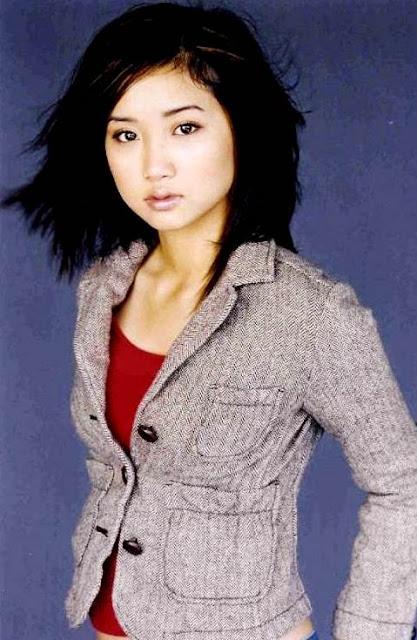 Foto de Brenda Song con cabello corto