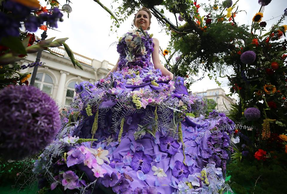 Flower fairies draw cheers on Russia Day, entertainment news