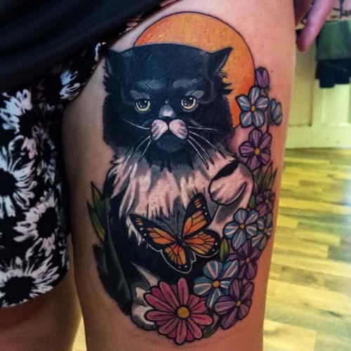 bayan üst bacak kedi dövmesi female thigh cat tattoo