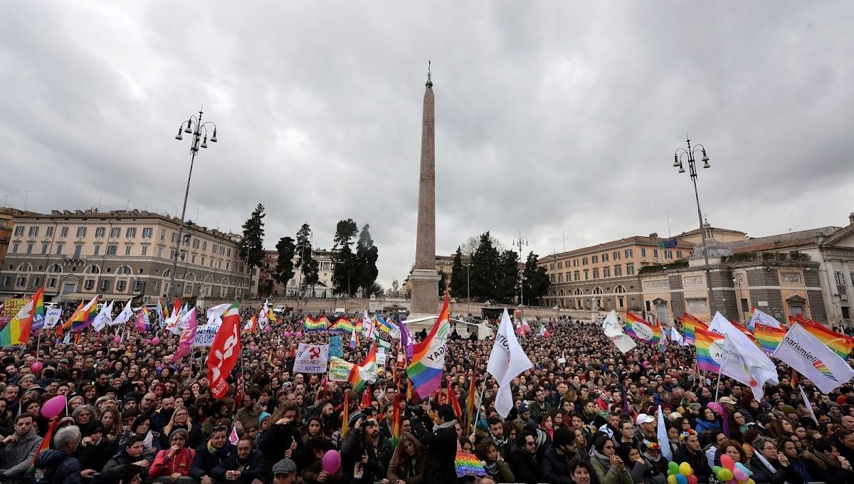 Mais de 10 mil pessoas protestam em Roma por avanço nos direitos LGBT