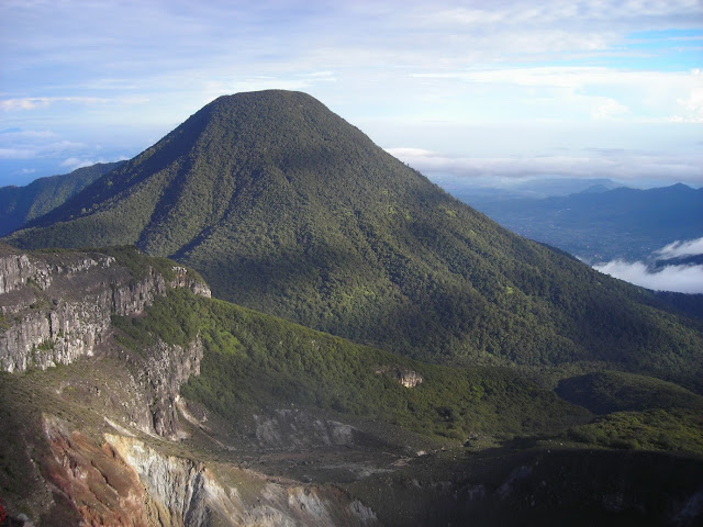 В центральной части острова Ява в Индонезии, на склонах горы Лаву, примерно в 40 км к востоку от города Соло, находится храмовый комплекс Канди(чанди) Сукух.