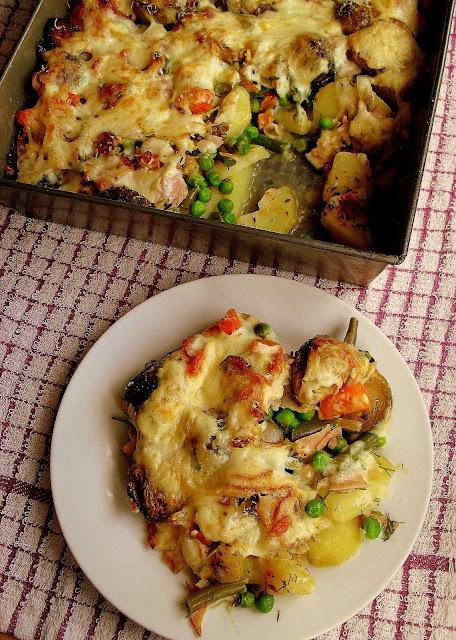 Ziemniaczana zapiekanka z szynką, warzywami i beszamelem