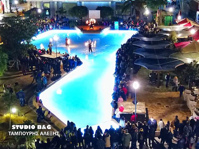 Εντυπωσιακό show με φωτιές και ζογκλερικά κόλπα στο Άργος στην πρώτη νυχτερινή καρναβαλική παρέλαση