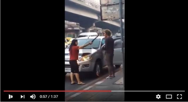 Tonton Video Ini! Berpesta Semalam Suntuk, Pria Ini Diancam Sang Istri Di Depan Umum Dengan Golok, Lihat Videonya...