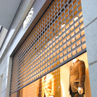 Bir giyim dükkanının motorlu ve ızgaralı kepengi