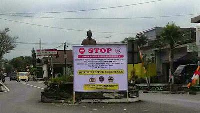 Papan peringatan penutupan jalur jalan ke Dieng via Kejajar. Foto : twitter SudutDieng.