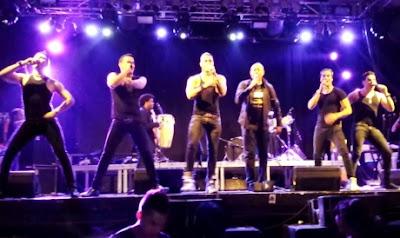 Foto de La Charanga Habanera cantando en concierto