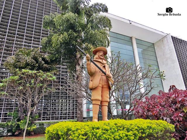 Vista ampla da Escultura O Bandeirante - ALESP - Paraíso - São Paulo