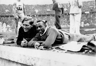Jesse Owens y Lutz Long descansando en su participación en la prueba de salto de longitud.