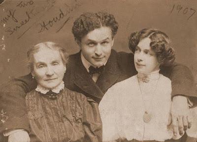 Photo de Houdini avec sa mère et sa femme vers 1907