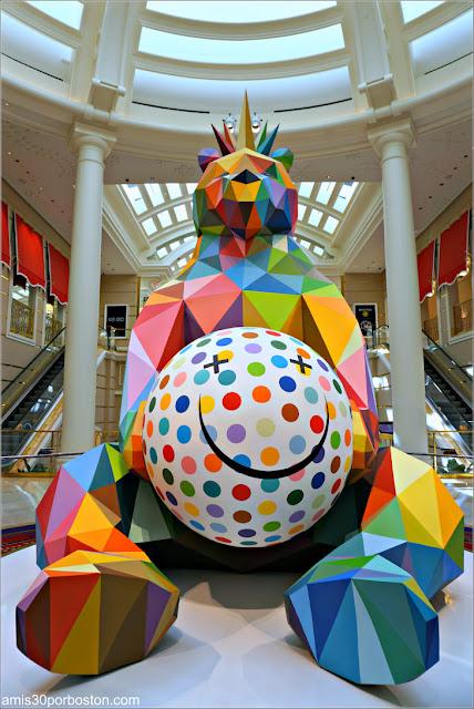 """Smiling King Bear"" de Okuda San Miguel en Las Vegas"