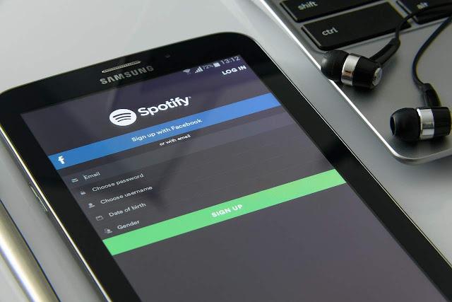 Hoy comenzamos hablando de SPOTIFY, una plataforma o servicio de Streaming que se lanzó el 7 de octubre de 2008 al mercado europeo, mientras que su implantación en otros países se realizó a lo largo de 2009, hasta el momento se ha dado a conocer por todo el mundo como una de las principales.