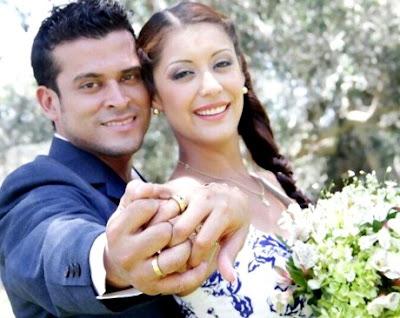 Foto de Christian Domínguez y Karla Tarazona enseñando sus anillos