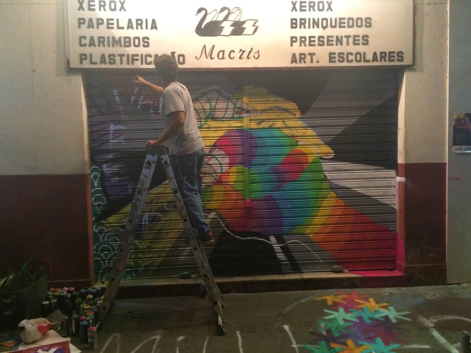Artistas se unem e pintam portas de loja com pichações homofóbicas no Rio
