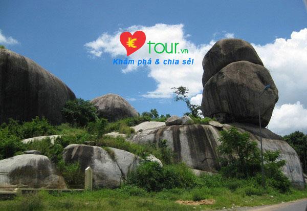 Các điểm du lịch ở Đồng Nai nổi tiếng nhất - Đá Ba Chồng