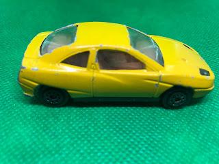 フィアット クーペ のおんぼろミニカーを側面から撮影