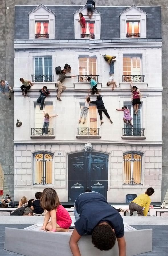 Bir eve tırmanmış gibi görünen çocuk ve yetişkinler