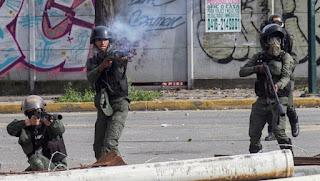 Manifestantes opositores se enfrentan a la Guardia Nacional Bolivariana (GNB). EFE/NATHALIE SAYAGO  5 de 5