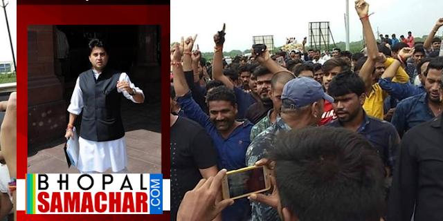 MP NEWS: करणी सेना ने सिंधिया पर किए छापामार प्रदर्शन   Ratlam