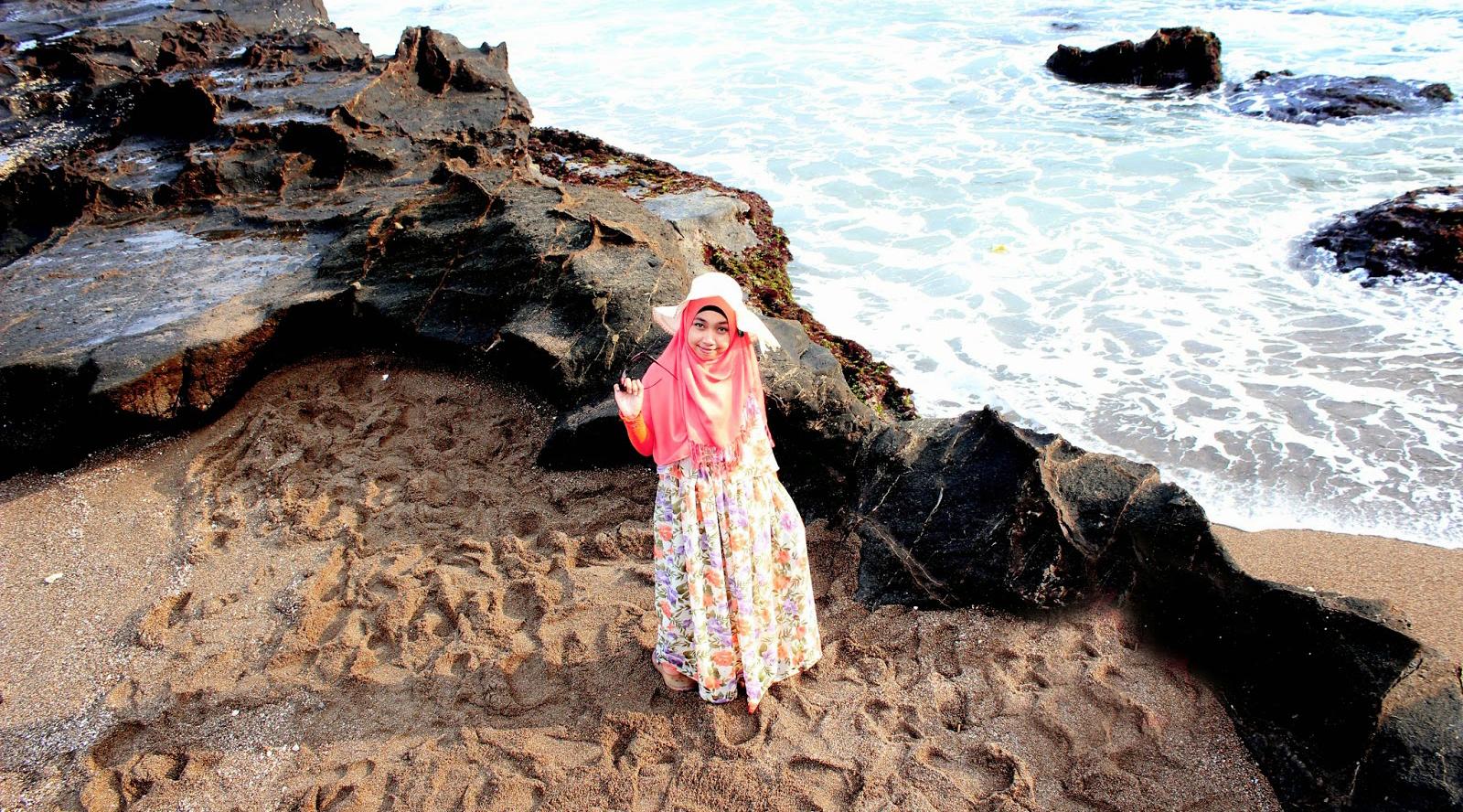 Kondisi angin yang cukup kencang di pantai membuatmu kesulitan untuk membetulkan hijab. Sebaiknya hindari hijab yang pemakaiannya harus menggunakan peniti karena akan mudah bergeser saat terkena angin. Pilihan jilbab instan bergaya turban atau bergo akan membuatmu lebih nyaman dan fleksibel. Sesuaikan warnanya dengan atasan dan bawahan yang kamu kenakan.