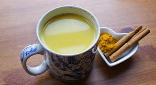 Boisson puissante avec le curcuma, la cannelle et le miel pour stimuler votre fonction cérébrale