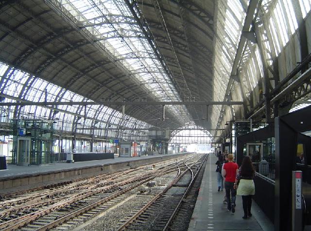 Andar de metrô e trem em Amsterdã