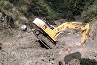 Eksavator Terguling Saat Pekerjaan Normalisasi Sungai di Manggemaci