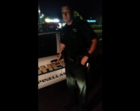 Detuvo a un policía por traer la luz rota